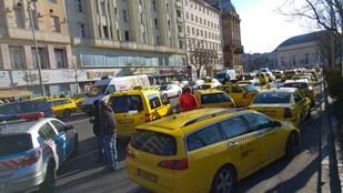 Lezárták a taxisok a Bajcsy-Zsilinszky utat