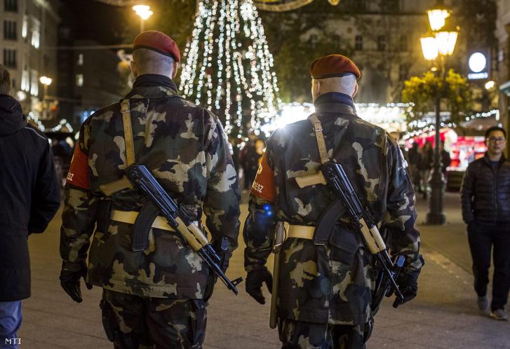 A Magyar Honvédség fegyveres rendész járőrei a belvárosi Vörösmarty téri karácsonyi vásárban a Párizsban végrehajtott terrorcselekmények utáni napon 2015. november 14-én.