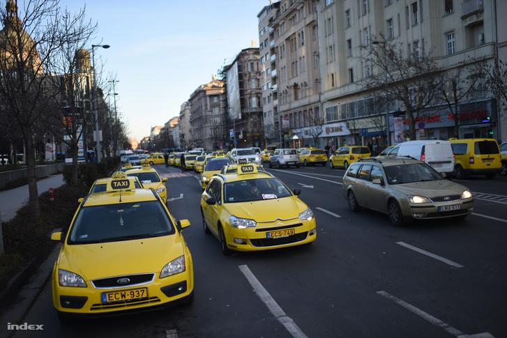 Demonstráló taxik lezárták a Bajcsy-Zsilinszky utat 2016. január 18-án.
