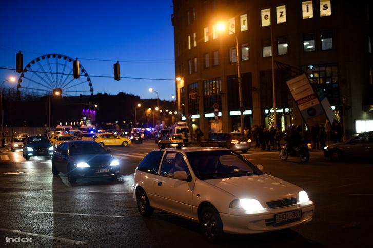 Továbbra is csak egy sáv járható a Bajcsy-Zsilinszky úton, a többi a taxisok továbbra is blokád alatt tartják.