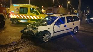 Összeroncsolódott egy autó a Könyves Kálmán körúton