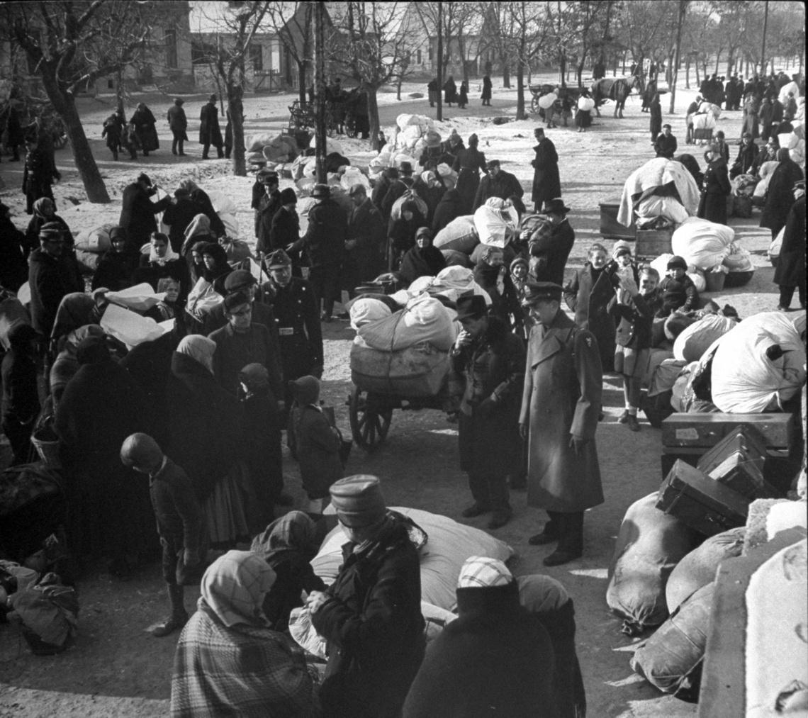 Kitelepítés előtt álló német családok Magyarországon, 1946-ban.
