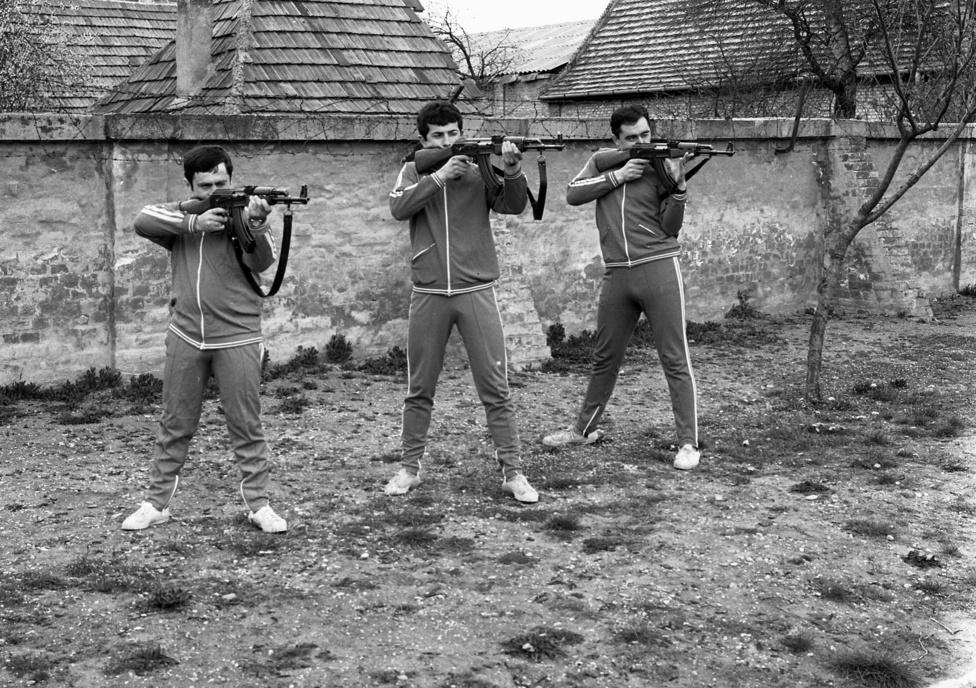 Abban nincs semmi különös, hogy három férfi célba lő. Na de ez a szerelés, ez a beállás és ez a fotó!