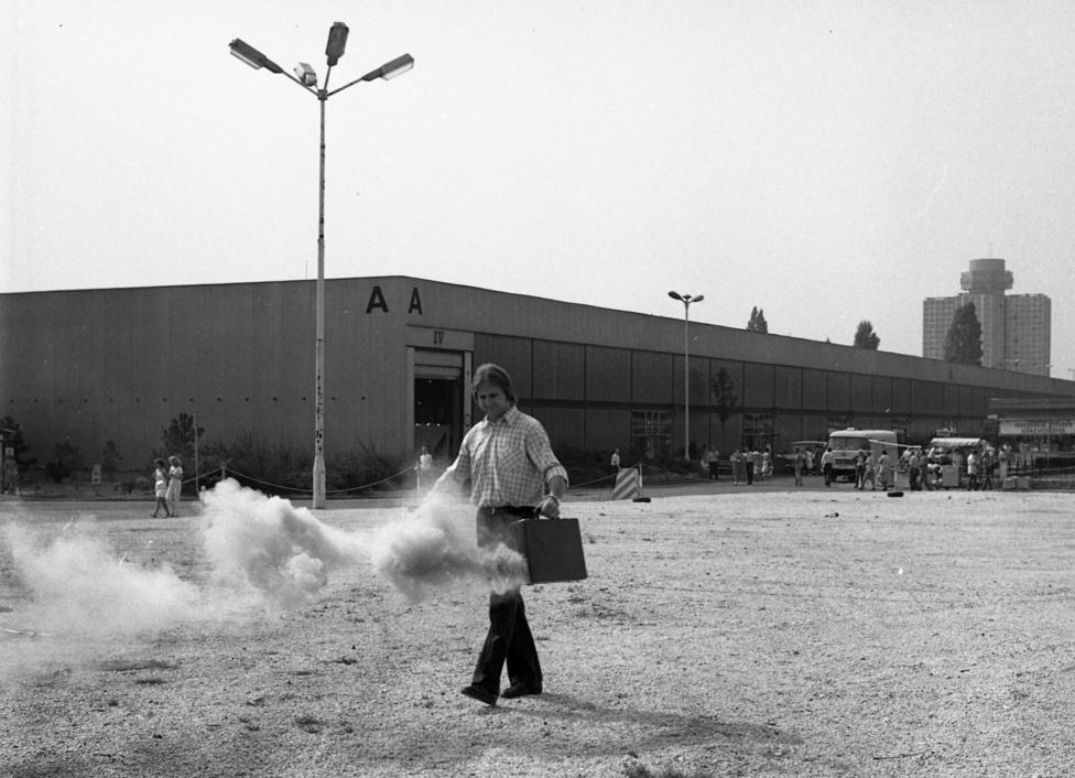 Tűzvédelmi bemutatókat már akkoriban is tartottak, itt épp a Hungexpo területén füstölt el egy aktatáska.