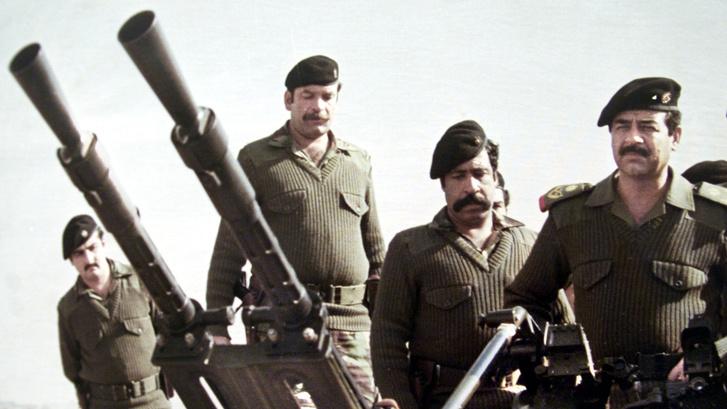 Szaddam Huszein iraki katonák között az irak-iráni háborúban