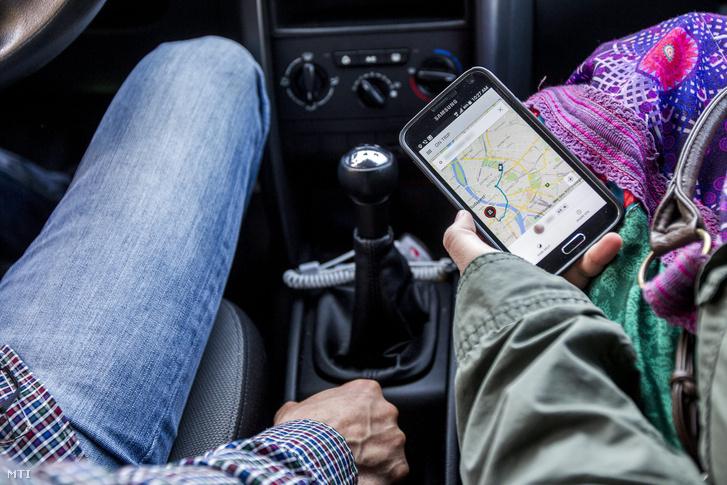 Az Uber egyik sofőrje utasával Budapesten 2015. március 21-én.