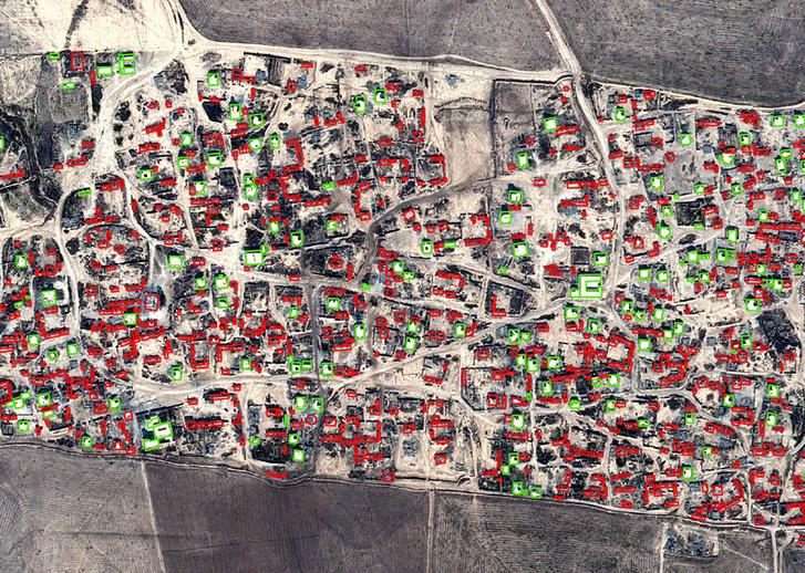 Pirossal bekarikázva a megsemmisített házak az Amnesty által kiadott műholdfotón.