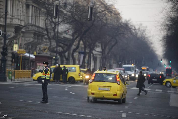 Rendőr irányítja a forgalmat a Deák Ferenc térnél, január 19-én