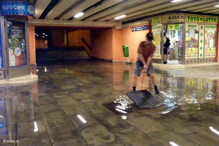 A Flórián téri aluljáróban is állt a víz