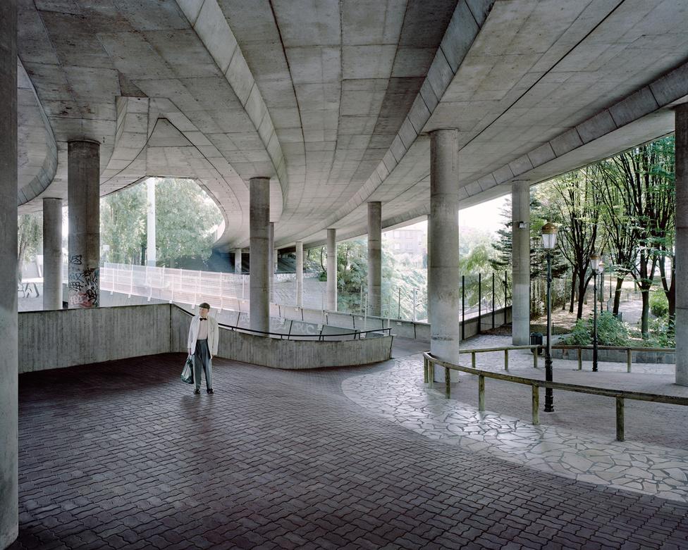 A 89 éves Jean a La Défense egyik oszlopcsarnokában, 2011-ben. A művészi igényű, futurisztikus várostervezés viszont nemcsak Franciaországra volt jellemző a XX. században: nekünk is vannak komoly építészeti szaklapokban jegyzett, élhető (persze ez nézőpont kérdése) ipari műemlékeink. A legismertebb az 1931-ben felépült Napraforgó utcai kísérleti lakótelep Bauhaus villasora, illetve az 1960-as években átadott óbudai kísérleti lakótelep, ami a korszak sztárépítészeinek falanszterszerű épületeivel próbált szakítani az egyenszürke szocmodern panelházakkal.