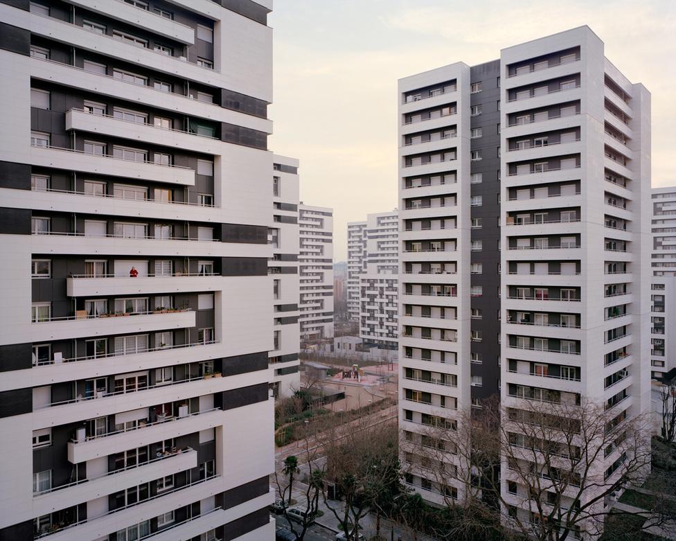 A 73 éves Nicole a Párizs XIX. kerületében felhúzott, óriási Jenga-tornyokra emlékeztető Cité Curial toronyházak egyikéből szemléli a várost ezen a 2015-ös fotón. A lakótelep André N. Coquet, Henri Auffret és D. Auger tervei alapján épült fel, 1968 és 1969 között.