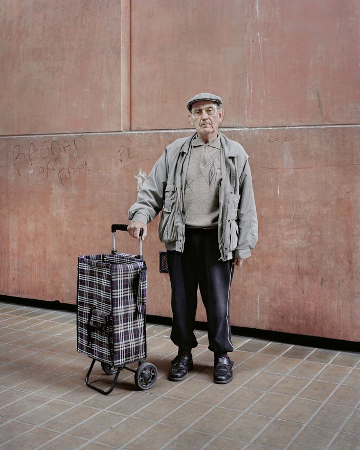 A 82 éves Jean-Claude is a Noisy-le-Grand-béli Les Espaces d'Abraxas épületében lakik. A 2014-es fotó kedvéért a jellegzetesen félköríves épületsorral szemben felépült torony elé állt - ez látható az előző két kép jobb szélén is.