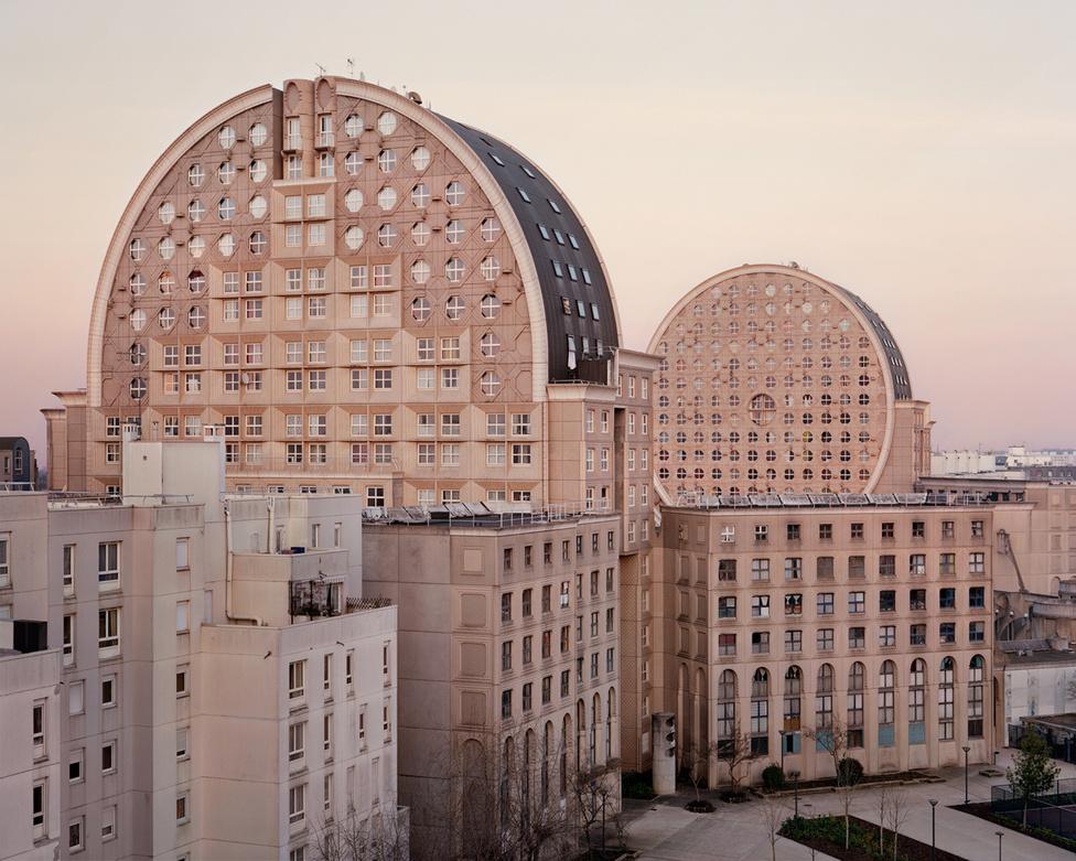 A Le Palais d'Abraxas-hoz hasonlóan a Párizstól keletre fekvő Noisy-le-Grand városában található a Pablo Picasso téri épületsor, amit Picasso Arénáiként is emelgetnek. Jellegzetes, körcikk alakú ikerházai miatt ez is egy fontos modernista alkotás. Bár Ricardo Bofill hatása tagadhatatlan, ezeket az épületeket már Manolo Nunez tervezte, és 1984-re készültek el. A fotó 2015-ös.