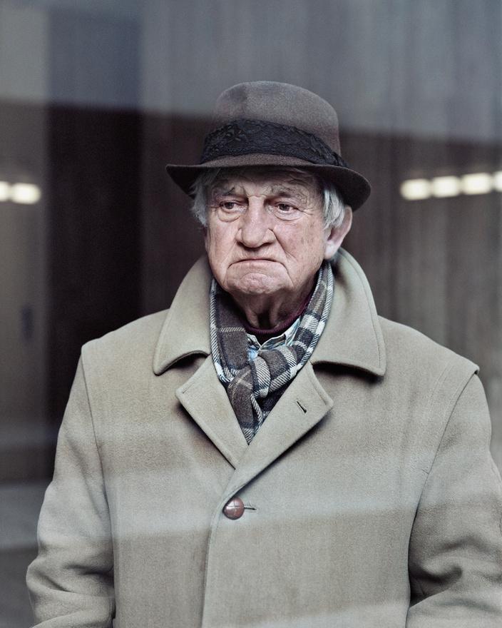 A futurisztikus Les Damiers betonpiramist Jacques Binoux álmodta meg 1976-ban. Kronental 2013-ban fotózta le az épület mellett a 80 éves Alaint, aki akár egy morcos rendőrfőnök, vagy egy replikánsüldözésben megfáradt magánnyomozó is lehetne egy neo-noirban, valamikor a borongós közeljövőben.