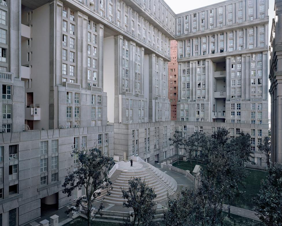 A falanszterszerű Le Palais d'Abraxas betonpalota egyszerre idézi fel az antik oszlopcsarnokokat és az art deco felhőkarcolókat, nem csoda, hogy a hollywoodi filmeseknek is bejött a látvány: itt forgatták le az utolsó Az éhezők viadala-mozifilm városi jeleneteit, amikor a felkelők a Capitoliumban kommandózva akarják megölni Panem diktátorát. A 88 éves Joseph ezen a képen a grandiózus lépcsősor tetején áll.