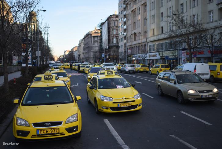 Taxisok zárták le a Deák Ferenc teret 2016. január 18-án reggel