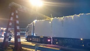 Egy kamionsofőr megint elhitte, hogy átférhet a Gyorsforgalmi út kapuján
