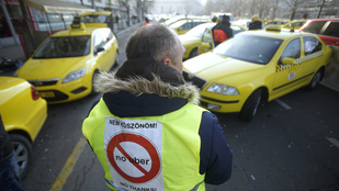 Párizsban a repterek elzárásával sztrájkolnak a taxisok az Uber ellen