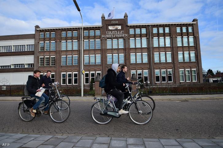 Biciklisek Dierenben a holland bicilimanufaktúra gyárépülete előtt