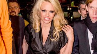 Pamela Andersonnak most egy szaténruhából lógott ki mindene