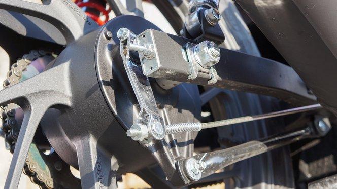 Kismotorokon és robogókon kívül már csak kevés helyen látni dobféket. Mivel fékezéskor a motor 75% az első tengelyre terhel, ezért felesleges a hátsó féket túlméretezni