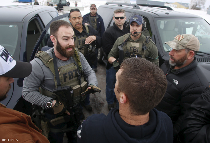 A helyszínt biztosító FBI tagjai