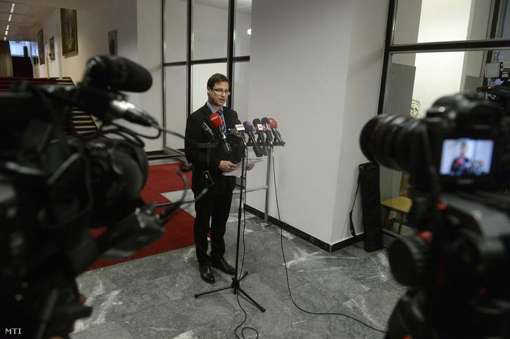 Gulyás Gergely a Fidesz frakcióvezető-helyettese nyilatkozik a honvédelmi miniszter által kezdeményezett ötpárti egyeztetést követően a Honvédelmi Minisztérium aulájában.