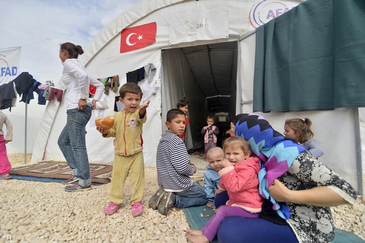 Szíriai gyerekek egy menekülttáborban a török-szíriai határ közelében fekvő törökországi Sanliurfában.