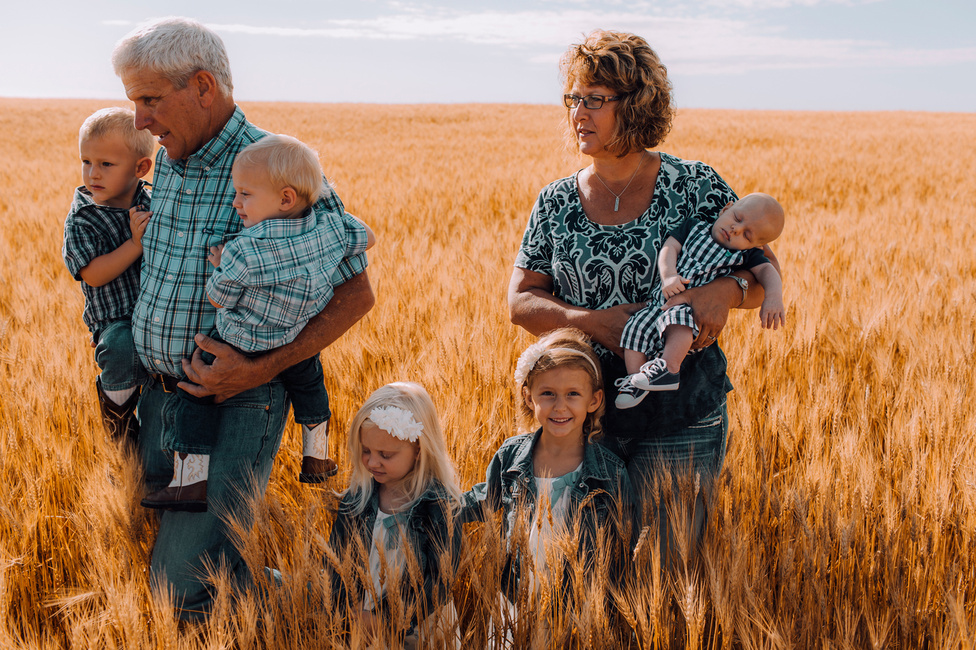 A kiöltözött Mertens család egy búzatáblát ellenőriz, mielőtt összeülne vasárnapi reggelire az egész család. öbbek között az FSA munkája inspirálta Elliot Ross-t is, aki hónapokat töltött a Colorado államban élő Mertens családdal. A család több, mint 1300 hektáros búzaföldet felügyelnek a birtokukon. Habár a technológia rengeteget változott a harmincas évek óta, és a család életkörülményei is összehasonlíthatatlanul jobbak, az érzés, hogy ki vannak szolgáltatva a természetnek, állandó.
