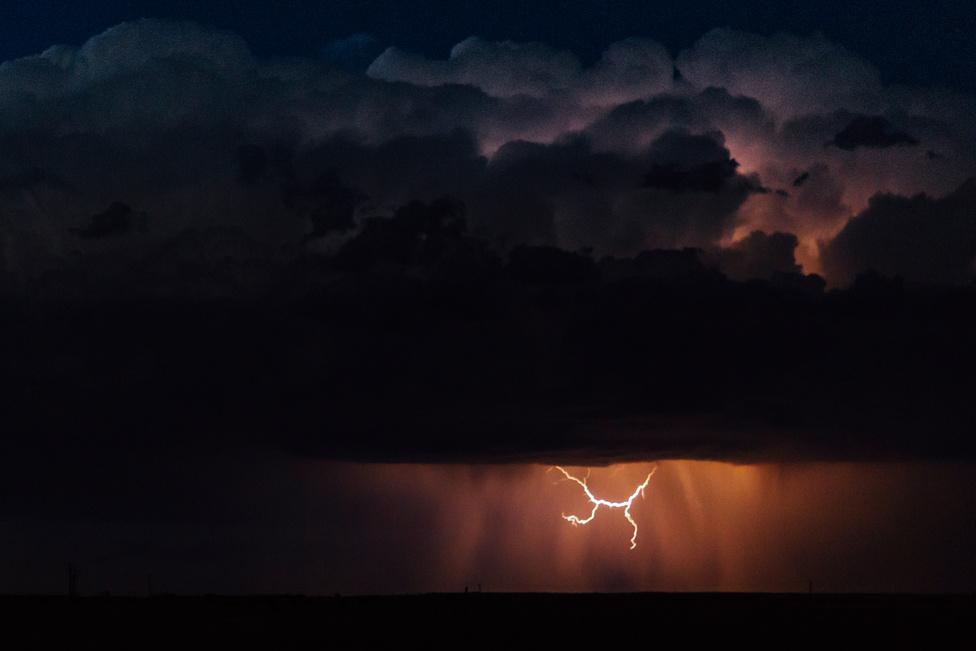 A messzi villámlások tűzzel, jégesővel, erős szelekkel, és esővel fenyegetik a búzamezőket.