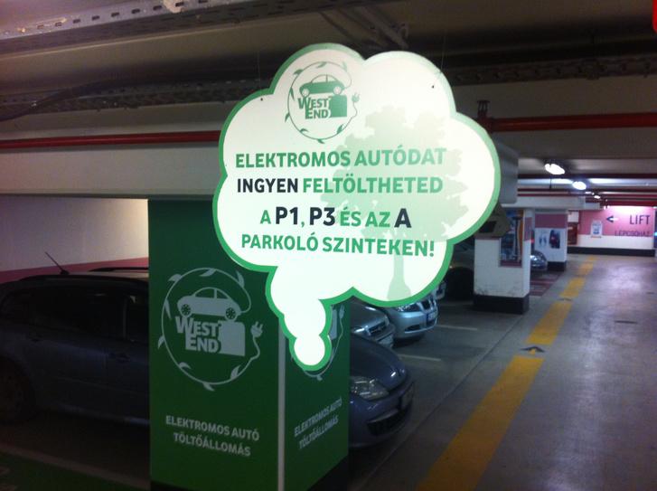 Hopp, a WestEndben három szinten is lehet villanyautót tölteni. Igaz, kisebb teljesítményűek a töltők, mint a Váci úti
