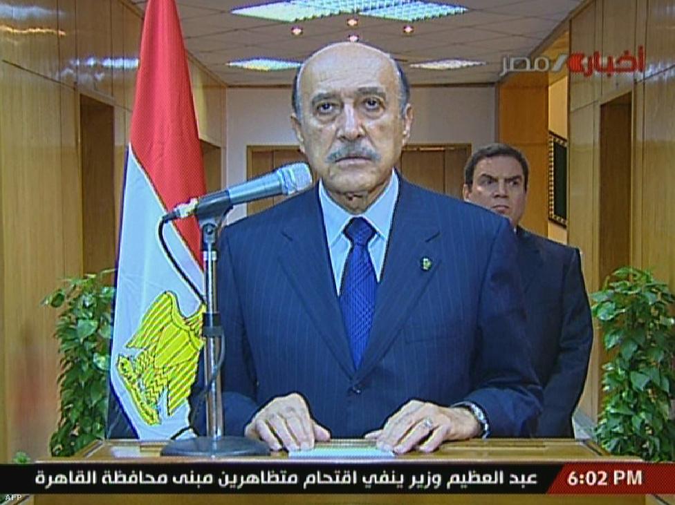 """Február 11-én folytatódtak a tüntetések. Kairóban a tömeg körbevette az elnöki palotát, az állami média épületeit és a főbb kormányzati épületeket. Este 6 órakor Omár Szuleimán, Mubárak alelnöke bejelentette: """"az elnöki poszt megüresedett. A hatalmat egy elnöki tanács veszi át."""""""