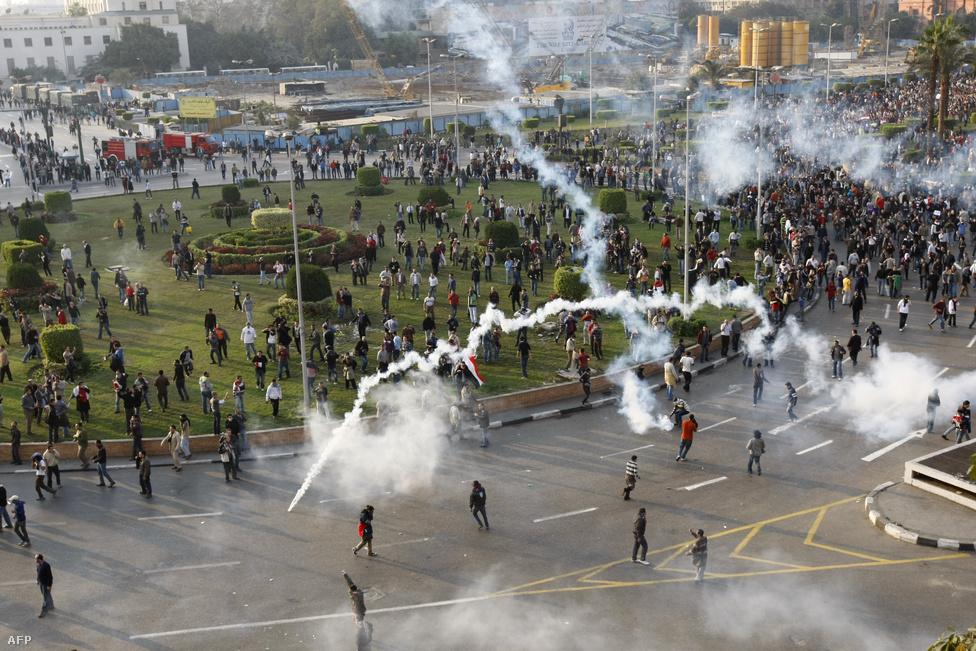 """""""A harag napja"""" – így emlegették a január 25-iki napot. Kairóban közel 30 ezer ember gyűlt össze a Legfelsőbb Bíróság épülete előtt. A tér egyik felén a rendőrök kordont állítottak, amit a tüntetők néhány órával később áttörtek. A tömeg a Tahrír térre indult, ahol a helyzetet egyáltalán nem uraló rendőrség könnygázt vetett be. Az ezen feldühődő emberek kövekkel és üvegekkel kezdték el dobálni a rendőröket. Az egyik járőr életetét vesztette, mikor a fején találta el egy utcakő."""