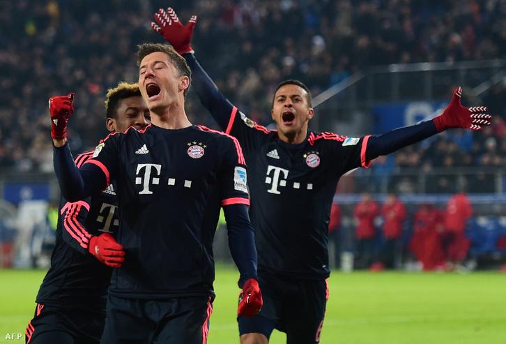 Robert Lewandowski csapattársaival ünnepel