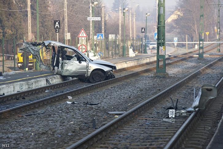 Villanyoszlopoknak csapódott majd kettészakadt autó egyik darabja Budakalászon a Pomázi úton Szent István-telep HÉV-megálló közelében 2016. január 23-án.