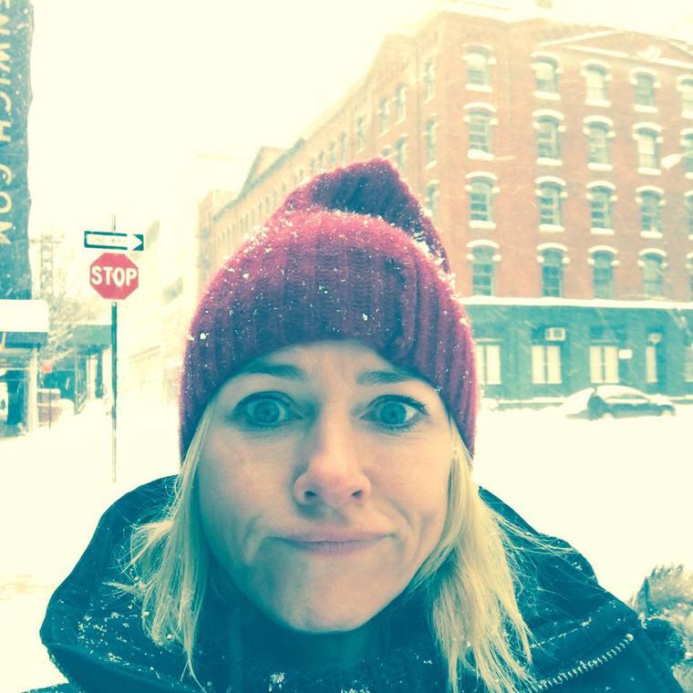 Naomi Watts a száját húzza, hogy igen, kétségtelenül havazik.