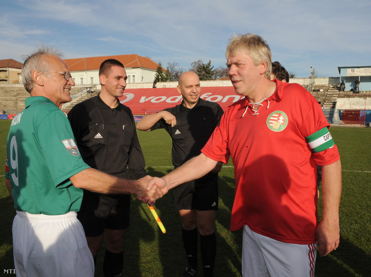 Kardos József a magyar öregfiúk csapatának csapatkapitánya t a 100 éve alakult Nagyváradi Atlétikai Club (NAC) tiszteletére rendezett Nagy idők focija című gálán Nagyváradon, 2010. november 13-án.