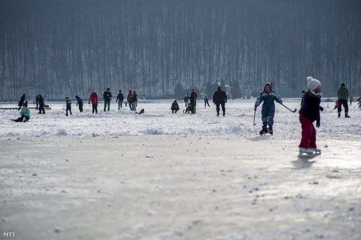 Korcsolyázók a befagyott Pécsi-tó jegén Orfűn 2016. január 24-én.