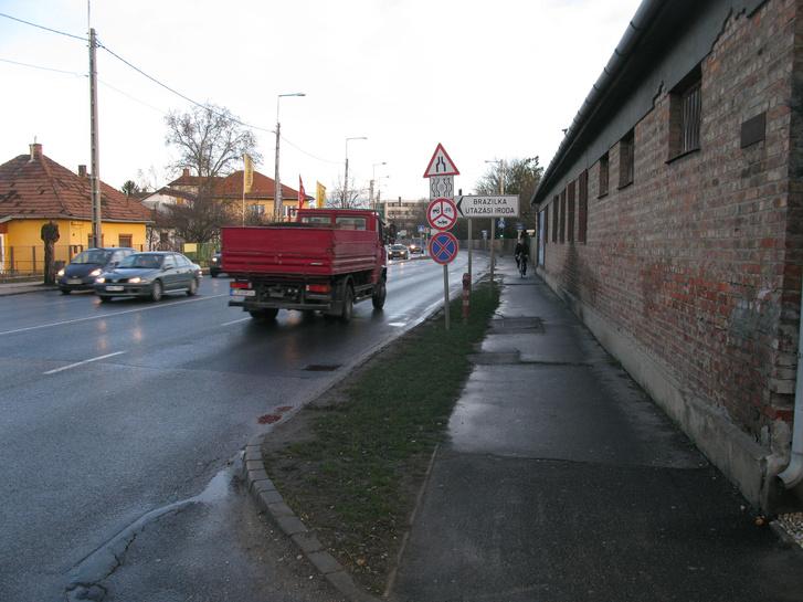 Széles sáv: a teherautós magától is hagy annyi helyet, ahol elférne egy biciklista. A külső sáv szélesítésével tovább javulhat a helyzet