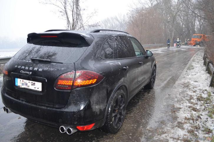 Mosonmagyaróvár és Feketeerdő közti egy Porsche Cayenne és egy sószóró ütközött össze