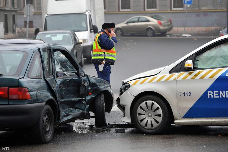 Összetört rendőrautó és személyautó Budapest VIII. kerületében a Baross utca és Illés utca kereszteződésénél 2016. január 25-én.
