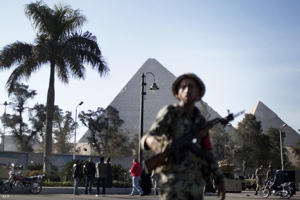 """A tüntetések nem értek véget január 25-én, már másnap folytatódtak országszerte. Így Alexandriában, Szuezben és Mahallában is. A félig betiltott Muzulmán Testvériség szervezet teljesen a tüntetések mögé állt, támogatta a január 28-ára meghirdetett, később """"A harag péntekje"""" néven emlékezetessé vált tüntetést."""