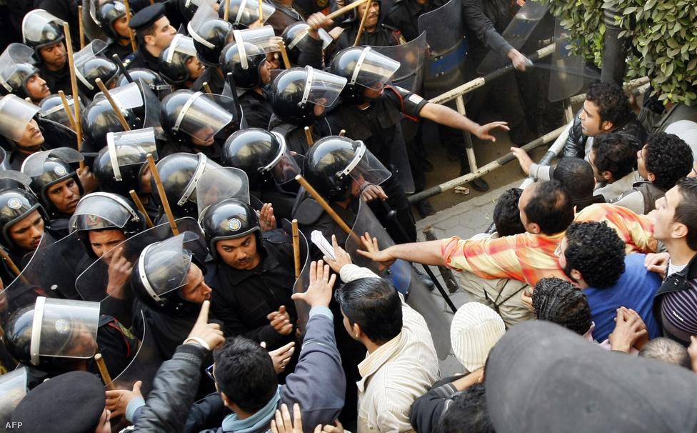 A kormányzat látta, hogy a tüntetések nem fognak csillapodni, ezért gyors lépésekre szánta el magát. Január 28. előtt döntött a hadsereg esetleges bevetéséről és az internetszolgáltatás megállításáról. Eddigre a tüntetők már a Facebookon és a Twitteren szervezkedtek, és üzentek a világnak Mubarak elnyomásáról. Országszerte, a megmozdulások helyszínein letiltatták a mobilszolgáltatást is.