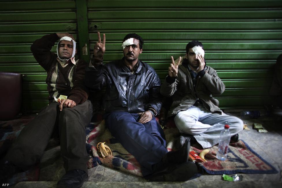 Február 8-án országos sztrájk indult. Először a Szuezi-csatorna munkásai hagytak fel a munkavégzéssel Mubárak távozásáig, majd orvosok, pedagógusok, jogászok és köztisztviselők csatlakoztak hozzájuk.