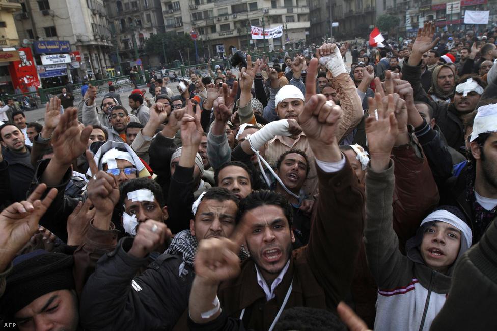 """Ekkorra már kikristályosodott a tüntetők fő követelése: """"Le Mubárakkal!"""" Szintén cél lett egy új választás kiírása, valamint egy új alkotmány kiharcolása. Január 29-én már több tízezren voltak kint az ország legnagyobb városaiban, a Tahrír téren 50 ezer ember követelte az elnök lemondását. A hadsereg ekkor lépett, délután 4 órától kijárási tilalmat rendeltek el, elfoglalták a forgalmasabb csomópontokat és tereket."""