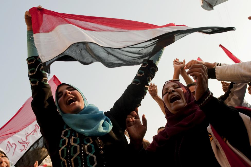 """Az első demokratikus elnökválasztást 2012. június 24-én tartották, amelyen Muhammad Murszi, a Szabadság és Igazságosság Párt alapító elnöke nyerte. A jelöltet támogatta a Muzulmán Testvériség is. Még ez év novemberében ideiglenes jeleggel, az ország politikai instabilitására és a """"nemzet védelmére"""" hivatkozva tejhatalommal ruházta fel magát. 2013. június 30-án a tömeg már ellene és kormányzata ellen tüntetett Egyiptom szerte. Egy nappal később saját embere, Abd el-Fattáh esz-Szíszi altábornagy, védelmi miniszter a hadsereg nevében 48 órás ultimátumot adott Murszinak arra, hogy eleget tegyen a tüntetők követeléseinek. Az elnök ezt visszautasította, és esz-Szíszi átvette a hatalmat."""
