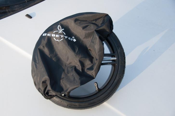 Igény esetén zsákba is eltehetjük a lecsatolt kereket, így nem koszolja össze a csomagteret