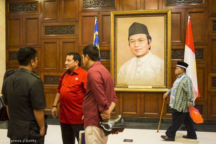 Najib Razak portréja egy malajziai kormányépületben.