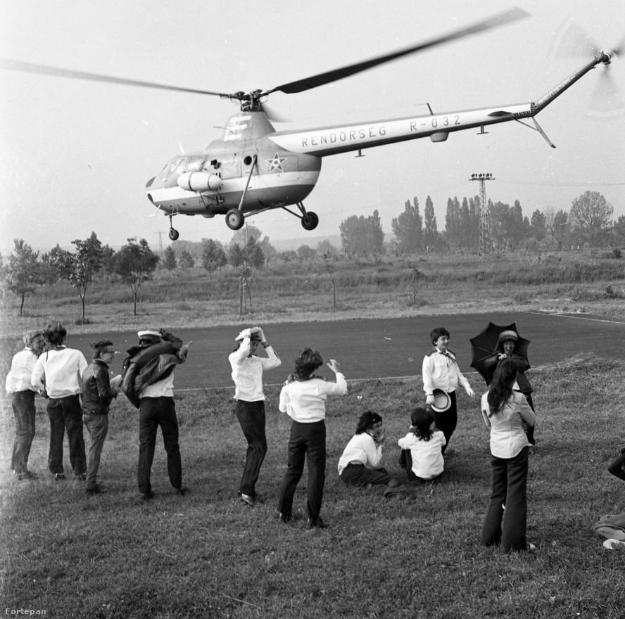 1974 szeptemberében egy tiszai vízirendészetnél készített fotóriportot Csattos Pál, amikor megérkezett ez a rendőrségi helikopter, és repültek a tányérsapkák.