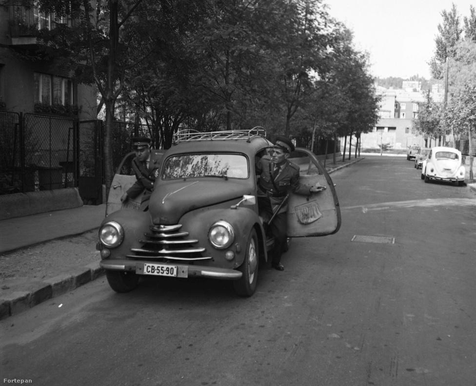 1968-ban ilyen volt egy rendőrautó. Nem lehetett könnyű kiszállni belőle.